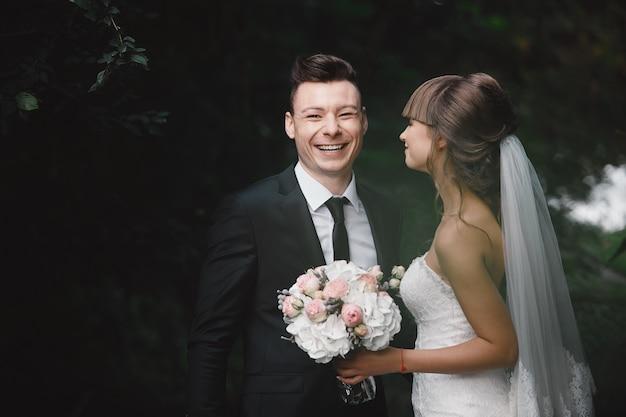 Couple marié en colère se quereller et se battre. mariées amusantes et folles.