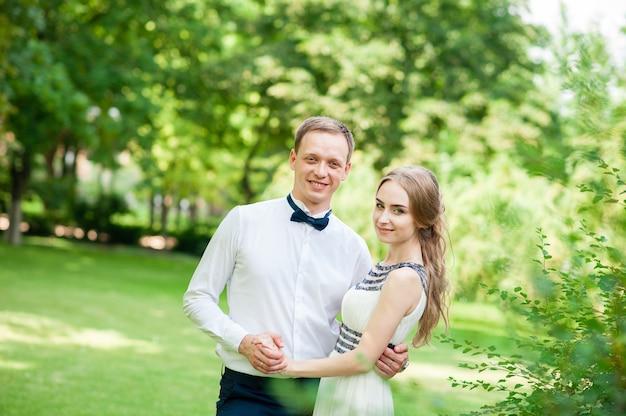 Couple marié marche et se fait des câlins dans le parc.