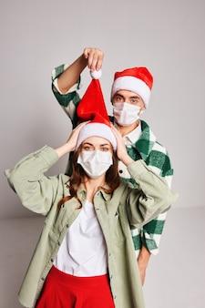 Couple marié masques médicaux de vacances amusantes de noël