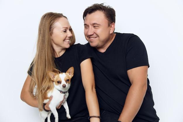 Couple marié en noir t-shirts petite joie de chien