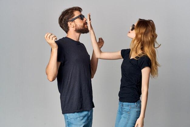 Couple marié socialisant ensemble posant fond isolé de mode