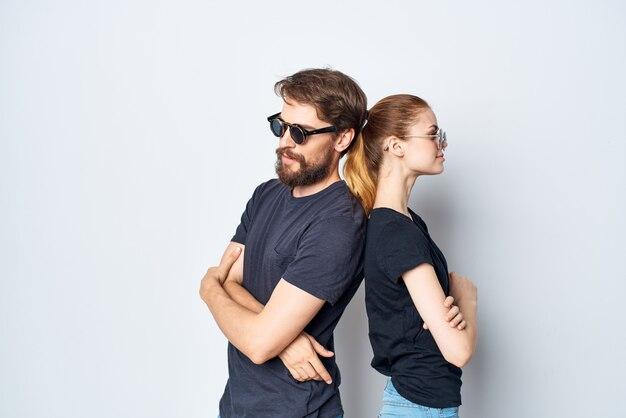 Couple marié socialisant ensemble posant le style de vie du studio de mode