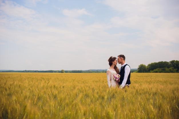 Couple mariée et le marié sur fond de champ.