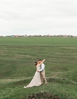 Couple, mariée, palefrenier, mariage, voûte, embrasser, vert, paysage