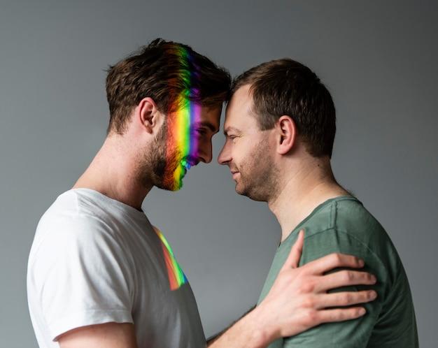 Couple masculin avec symbole arc-en-ciel