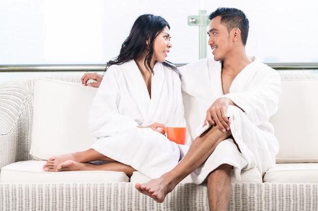 Couple, matin, s'asseoir divan