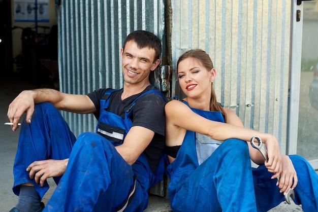 Couple mécanicien au repos