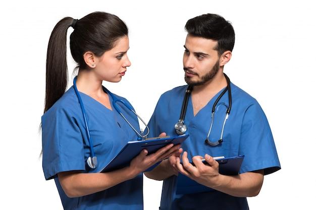 Couple, de, médecins, discuter, isolé, blanc