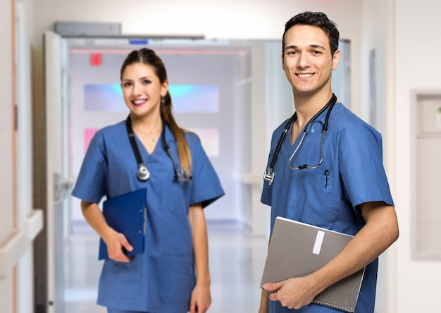 Couple de médecins à l'hôpital