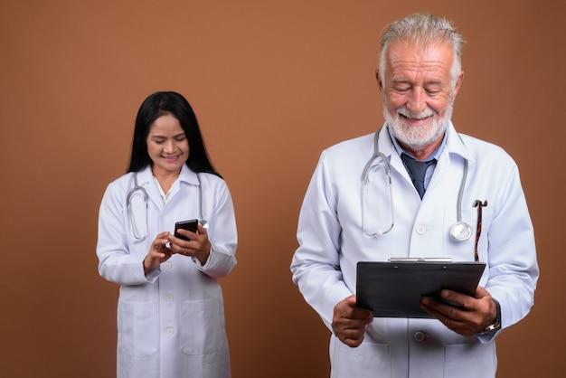 Couple de médecins multiethniques matures sur brown