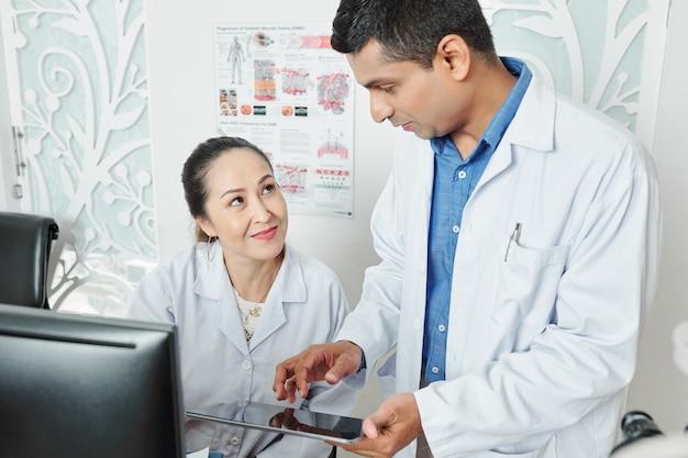 Couple de médecins travaillant en équipe