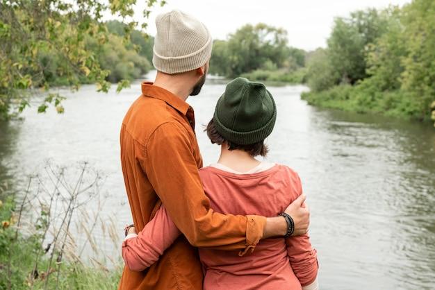 Couple à mi-tir vers l'eau