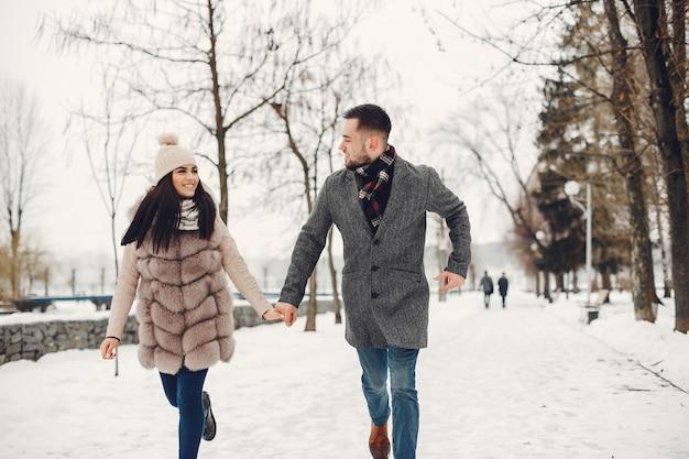 Couple mignon et affectueux dans une ville d'hiver