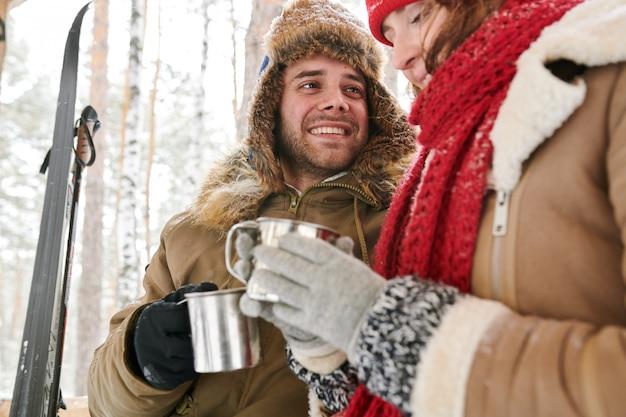 Couple mignon prenant une pause en hiver
