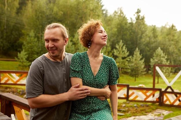Couple De Millénaires S'embrassant à L'extérieur à La Campagne Photo Premium