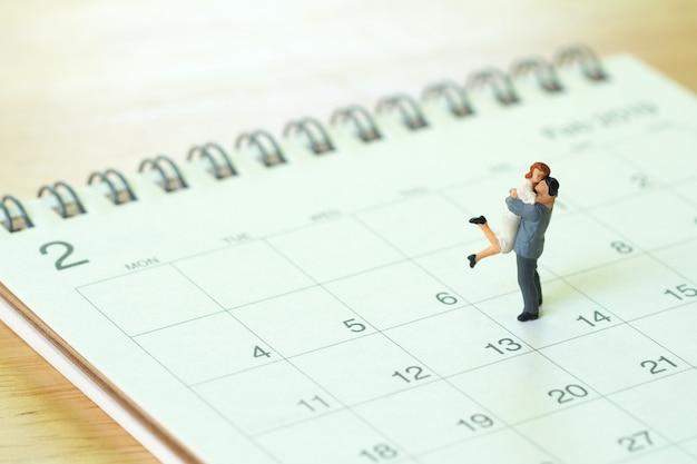 Couple miniature 2 personnes debout sur le calendrier