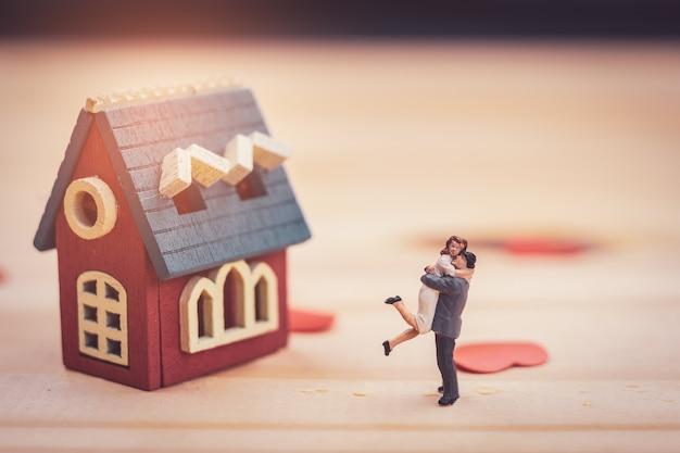 Couple miniature avec maison miniature