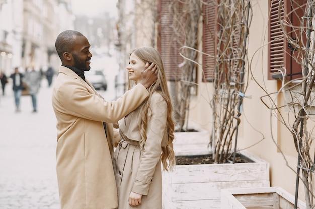 Couple mixte, passer du temps ensemble dans une ville de printemps