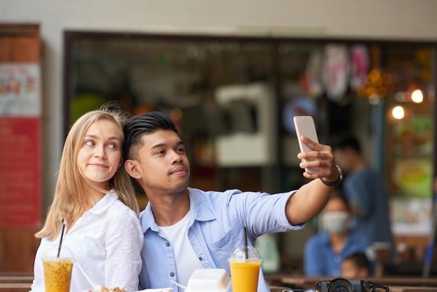Couple mixte prenant selfie