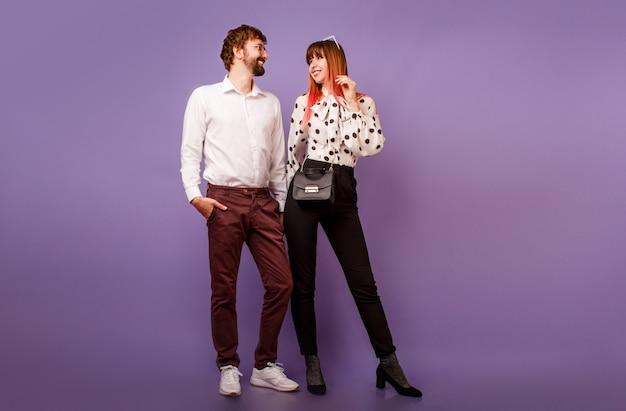 Couple à la mode amoureux posant