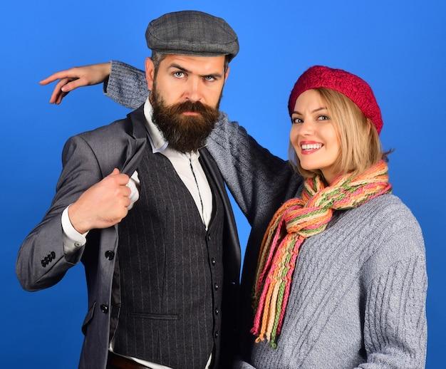 Couple à la mode automne hiver mode vêtements à la mode portrait de beau couple dans des vêtements chauds