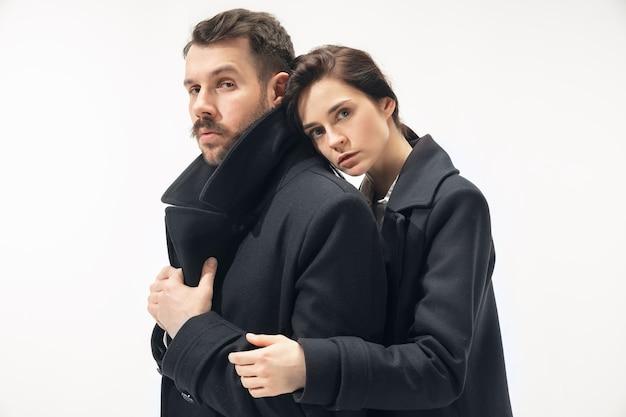 Couple à la mode branché isolé sur une surface blanche