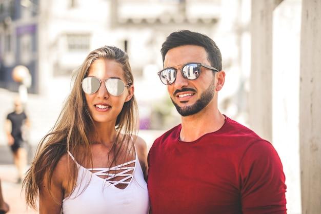Couple à la mode en été