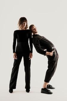 Couple de mode millénaire sur un blanc en studio