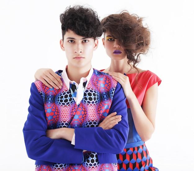Couple à la mode posant au studio
