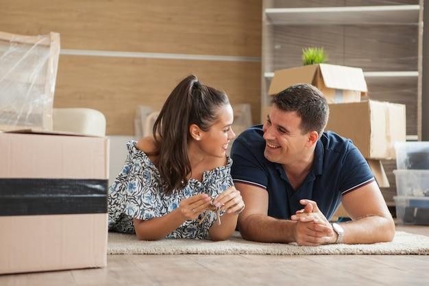 Couple montrant les clés d'une nouvelle maison. déménagement dans la journée.