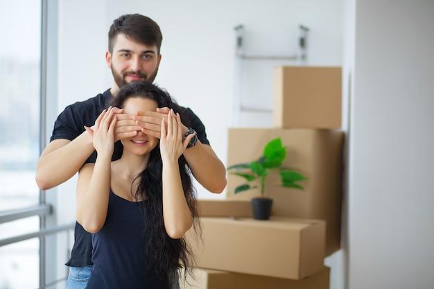 Couple montrant les clés de la nouvelle maison étreignant regardant la caméra