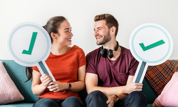 Couple montrant une icône de signe oui