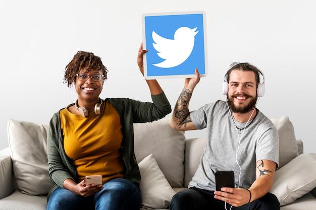 Couple montrant une icône twitter