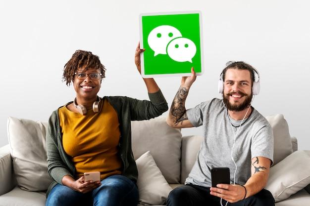 Couple montrant une icône wechat