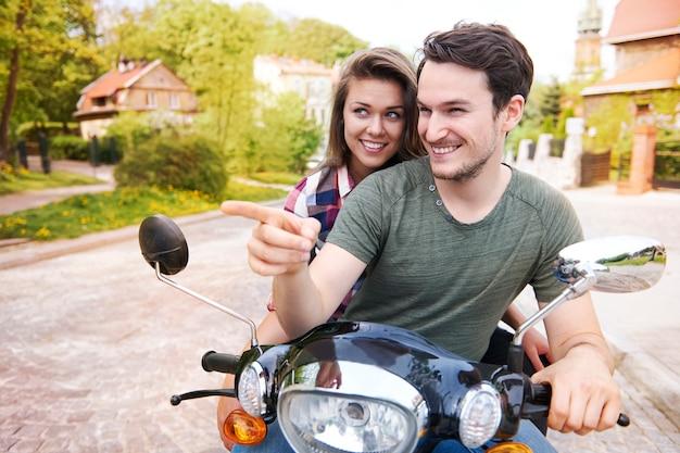 Couple à moto dans la ville