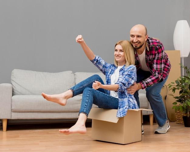 Couple, en mouvement, nouveau, maison
