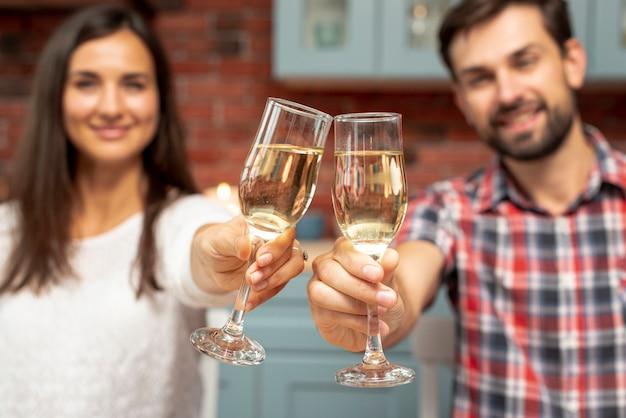 Couple moyen ayant un toast