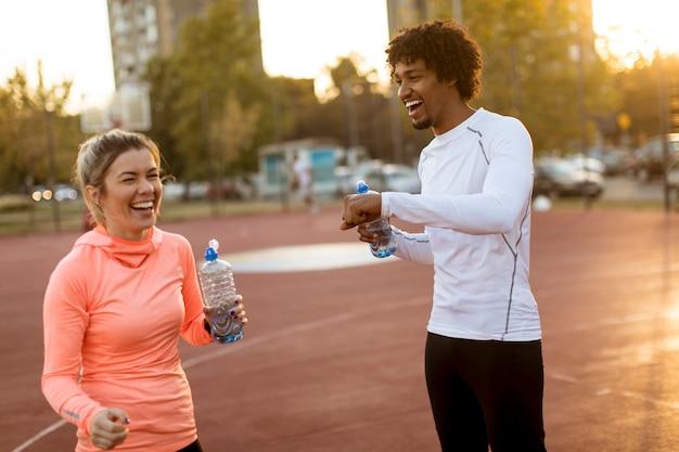 Couple multiethnique, faire du sport en plein air
