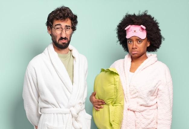 Couple multiracial d'amis se sentant triste et pleurnichard avec un regard malheureux
