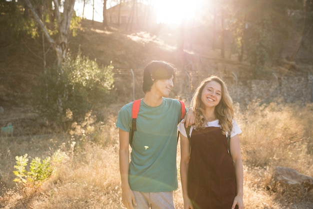 Couple multiracial debout contre la lumière du soleil