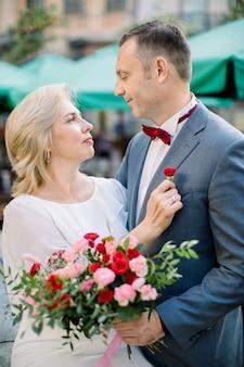 Couple mûr prêt pour la cérémonie de mariage, s'embrassant