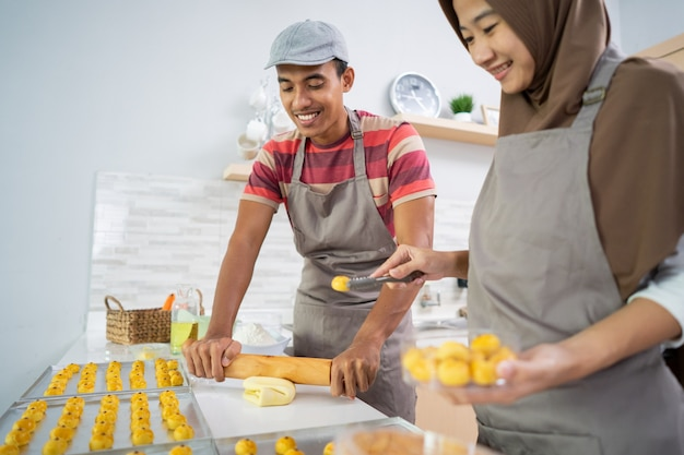 Couple musulman asiatique faisant un gâteau collation nastar ensemble dans la cuisine