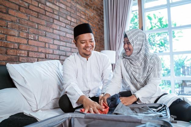 Couple musulman d'emballage pour les vacances