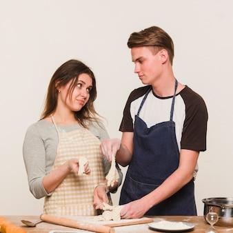 Couple ne réussissant pas à faire de la pâte