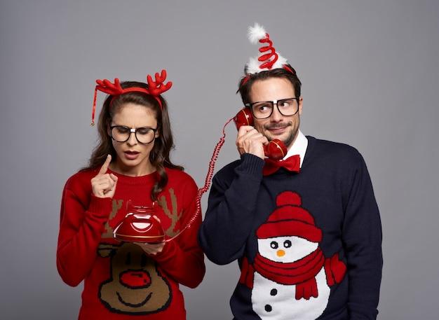 Couple de nerd appelant par téléphone rétro