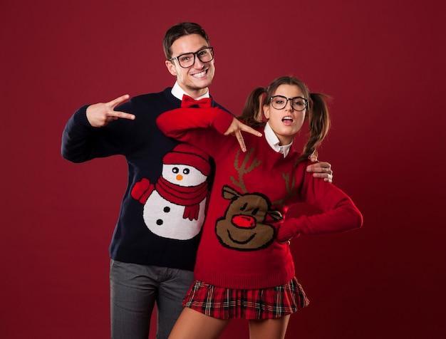 Couple de nerd drôle faisant semblant d'être sûr de lui