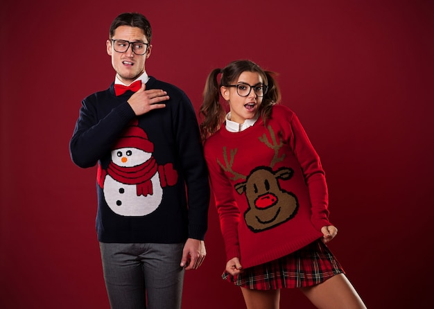 Couple de nerd fou dans des pulls drôles gambadant