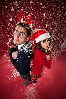 Couple de nerd gelé pendant la neige