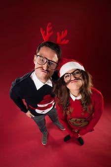 Un couple de nerd s'amuse avec une fausse moustache