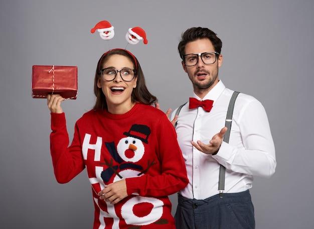 Couple de nerds posant sur mur gris